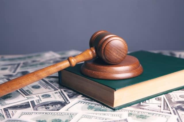 פטיש מעץ וספר חוקים משפטי - אילוסטרציה