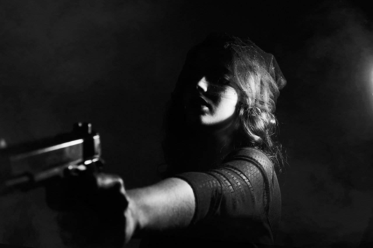 אישה מכוונת אקדח
